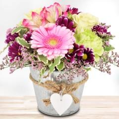 Blumengesteck im Herz-Zinktopf